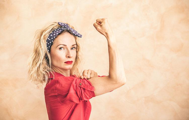 Bild Frau zeigt Muskeln